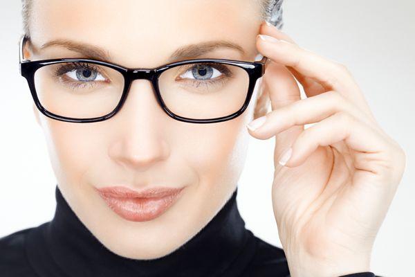 Silmälääkäri tutkii asiakkaan toiselta puolelta Suomea – Uusi etävastaanotto alkaa